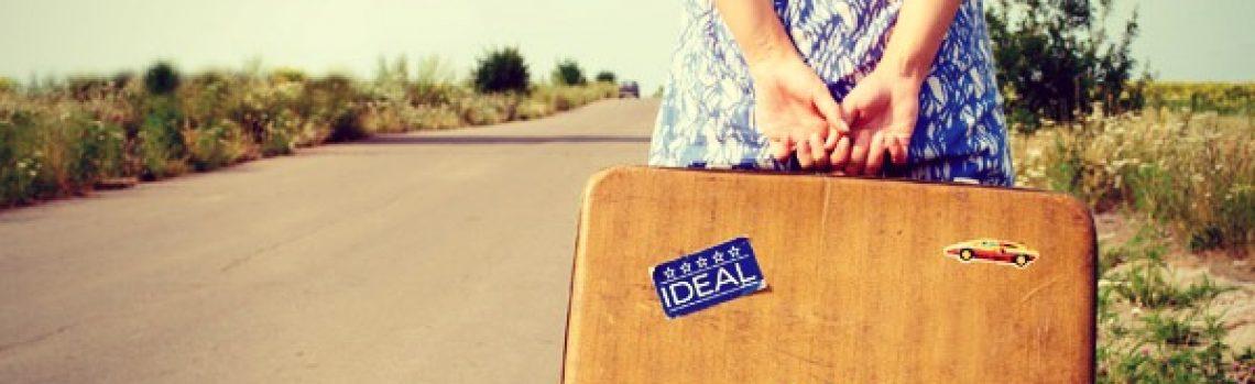 Una bionda con la valigia