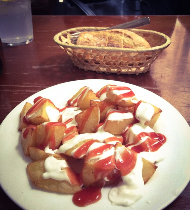 Patatas bravas, tapas, spanish food cibo spagnolo, Saragozza, Aragona, Spagna.
