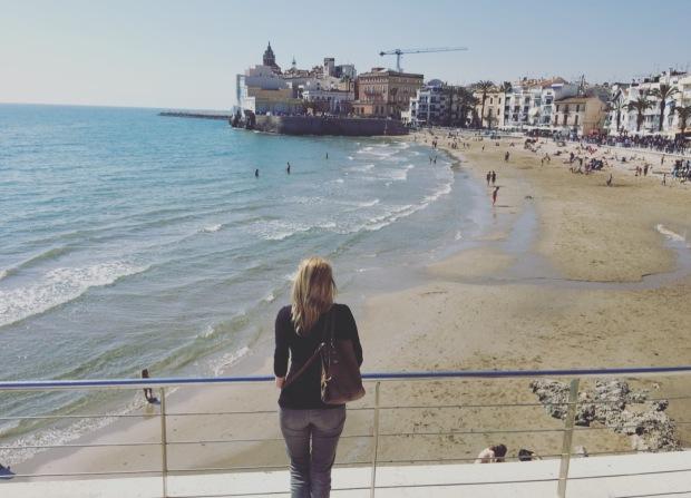 Io spiaggia di Sitges mentre guardo il lungomare.