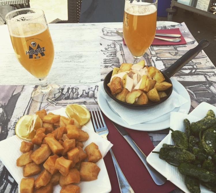 Tapas, patatas bravas, pimientos de padron, chocos, clara, Barcellona, Spagna.
