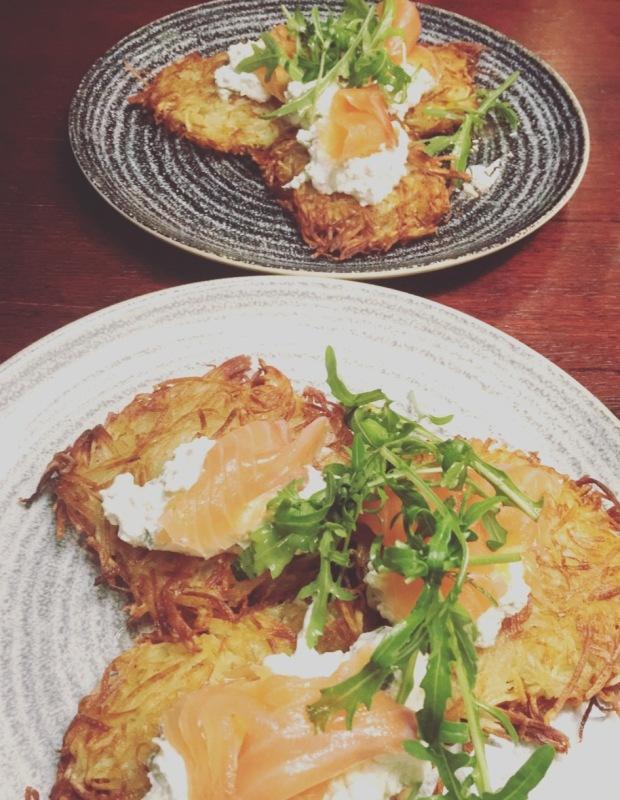Pancake di patate con salmone.