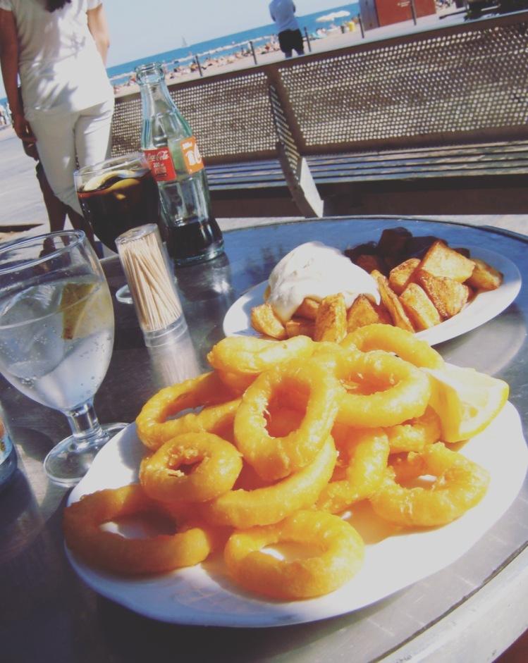 Tapas sulla Barceloneta, Barcellona, Barcelona, Spagna, Spain, calamares, patatas bravas
