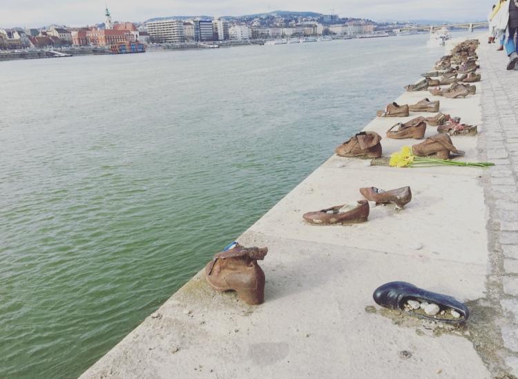 Scarpe sulla riva del Danubio, Budapest, Ungheria.