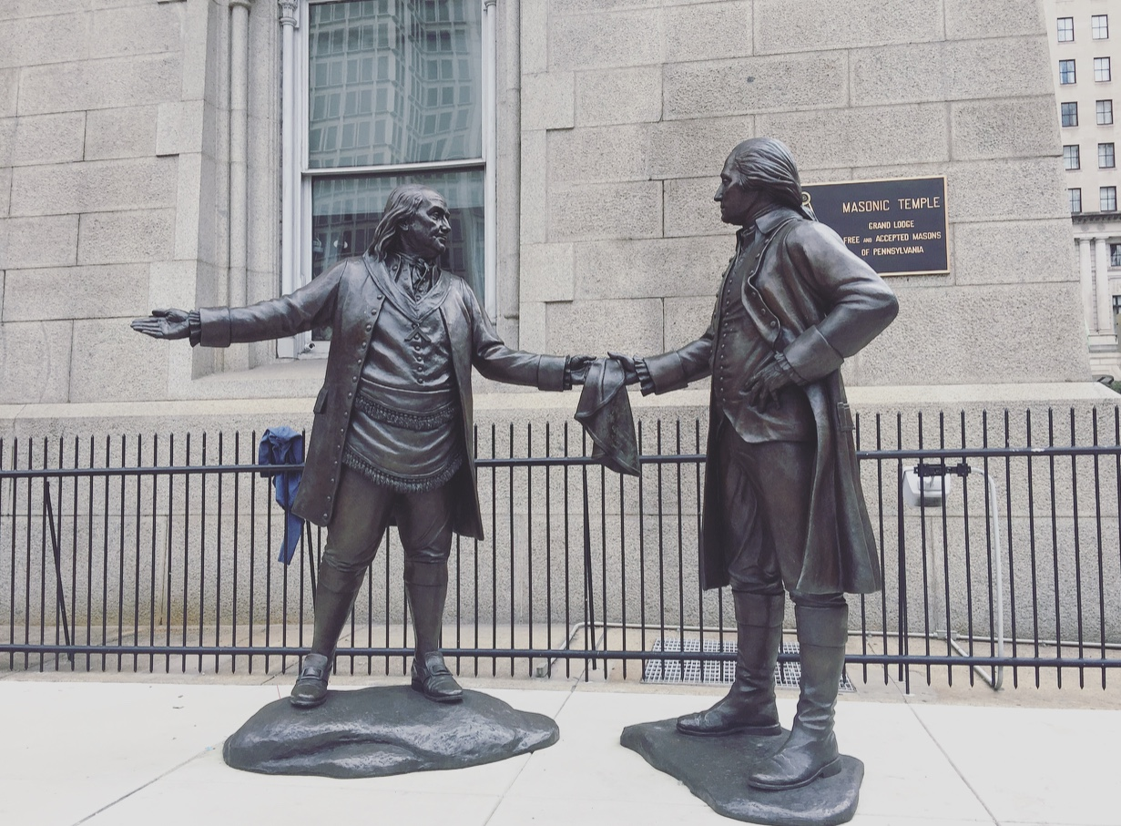 """The Bond"". Statua di George Washington e Benjamin Franklin, Philadelphia, Pennsylvania, Stati Uniti."