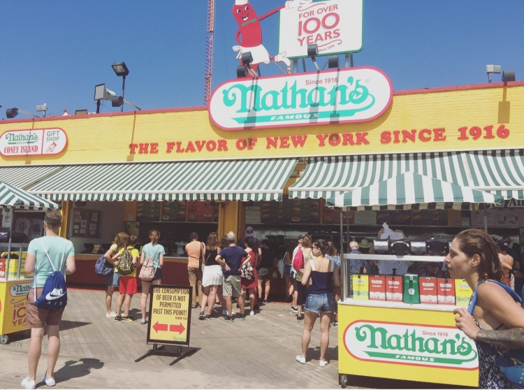 Nathan's, Coney Island, New York, Stati Uniti.