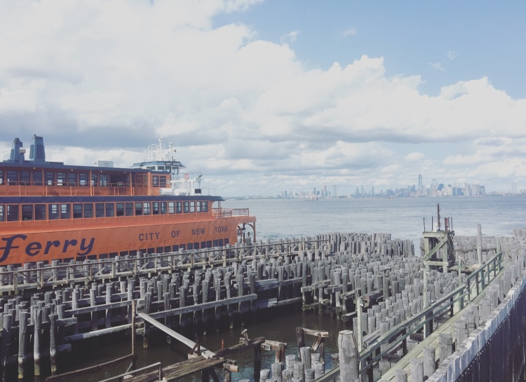 Attracco traghetti per Staten Island, Manhattan, New York, Stati Uniti.