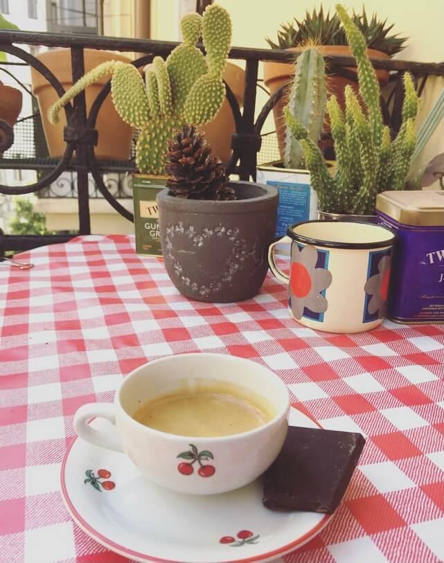 Caffè sul balcone.