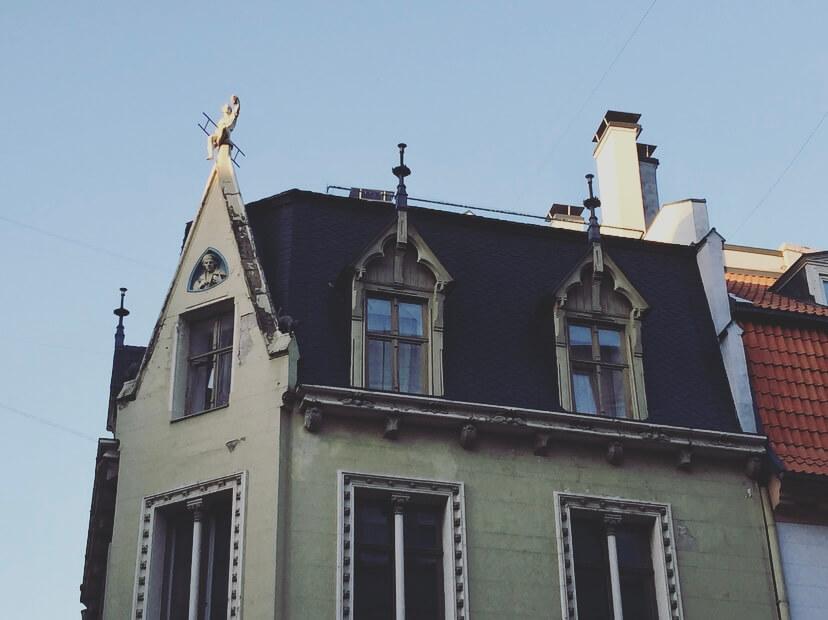 Lettonia, Riga, tetto uomo con la scala.